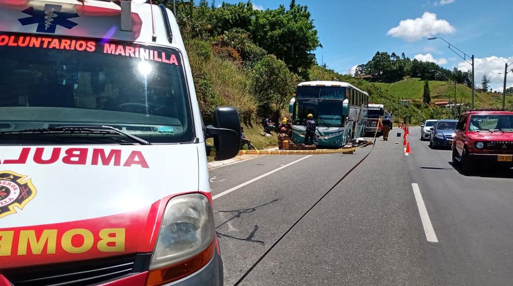 Un conductor murió cuando intentaba reparar la llanta y el gato hidráulico cedió, por lo que el bus le cayó encima