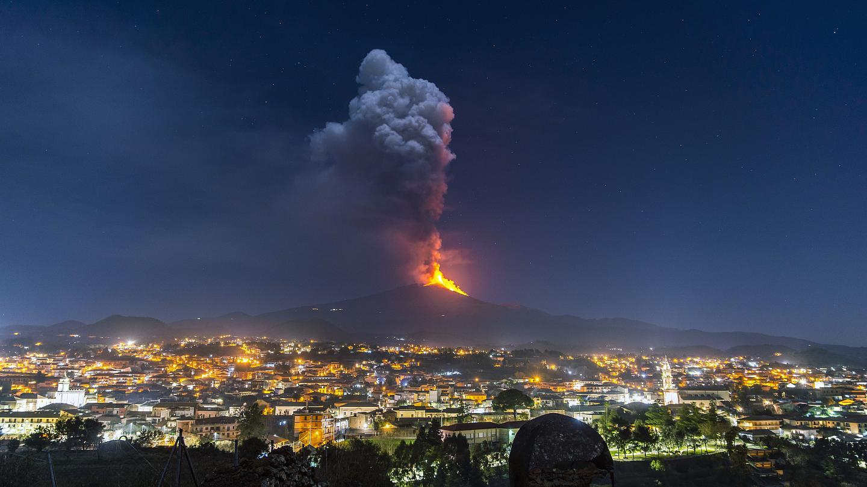 """""""Lo más miedoso es cuando hay temblores porque expulsan lava"""": colombiana narra cómo viven en Europa de cuenta de 2 volcanes que los tienen penando"""