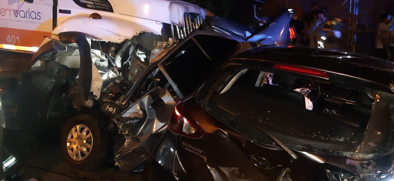 22 herido y 16 vehículos y 4 motos chocadas deja el accidente provocado por un camión recolector de basura
